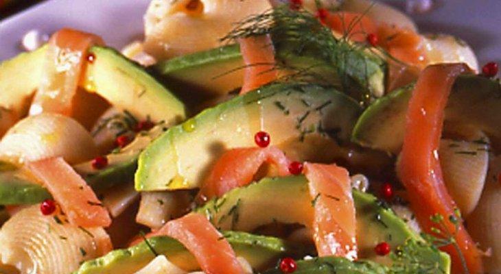 Морской салат с авокадо и копченым лососем