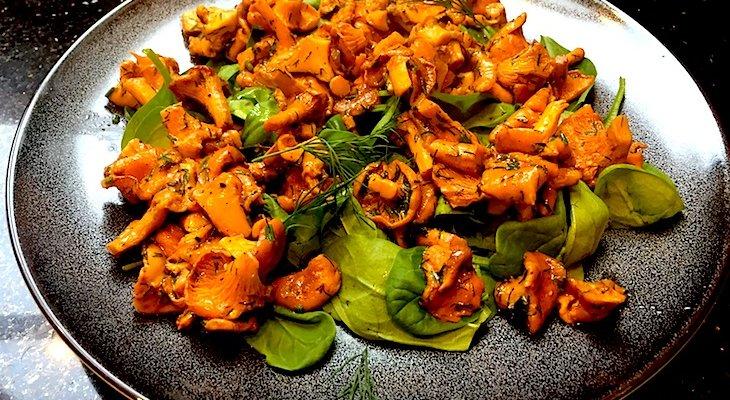 Салат из молодых листьев шпината с лисичками